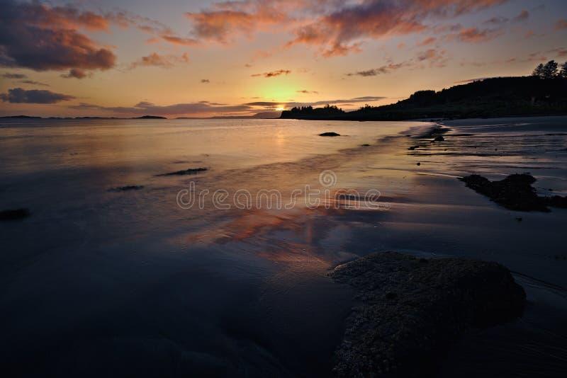 Insel von Skye, Schottland- - Sandy-Strand an der Dämmerung mit dem roten Sonnenaufgang, der im nassen Sand sich reflektiert lizenzfreies stockbild