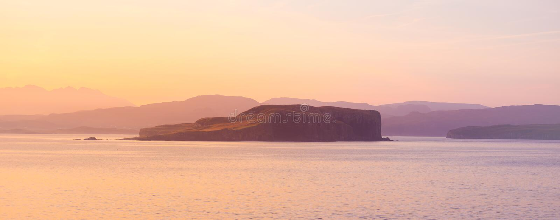 Insel von Skye Sunrise - goldenes Sonnenglühen auf Ozean, Bergen und Inseln lizenzfreie stockfotos