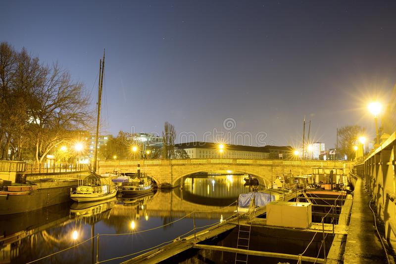 Inselbrà ¼ cke Βερολίνο τη νύχτα στοκ εικόνες με δικαίωμα ελεύθερης χρήσης