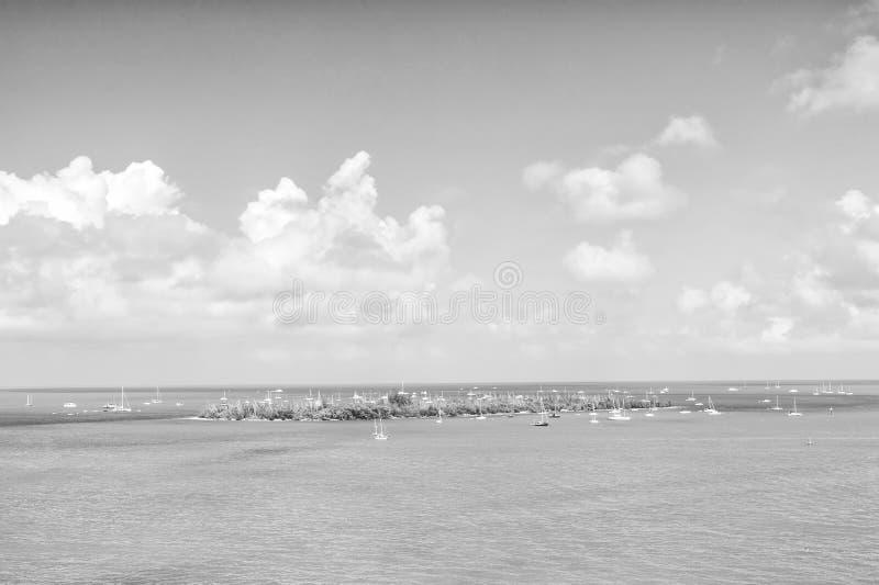Inselland und -Segelboote im Türkismeer in Key West, USA Meerblick mit Segelbooten auf bewölktem blauem Himmel Segeln und lizenzfreies stockfoto