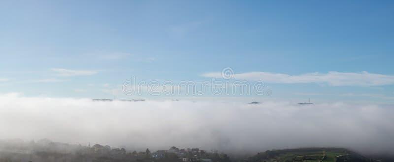 Inseln in den Wolken, die Magie der Natur mit dichtem Nebel und blauer Himmel, Versionspanorama lizenzfreies stockfoto