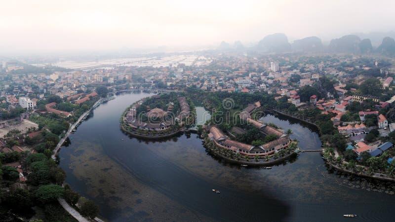 Inselreise durch den schönen Fluss stockbild