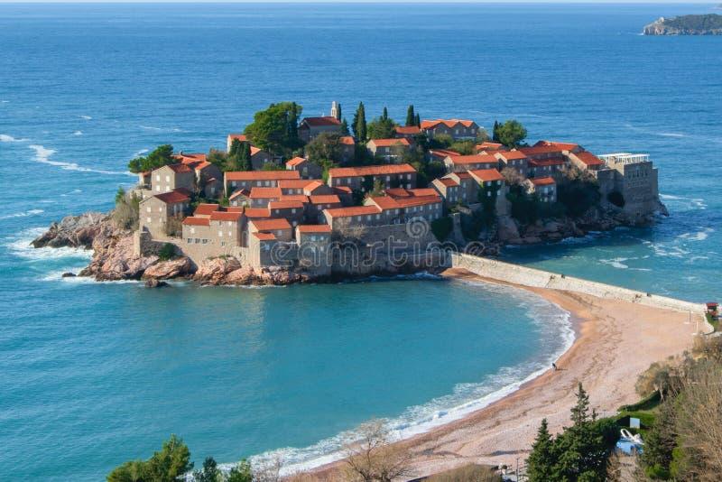 Inselresort Sveti Stefan von Montenegro, nahe Budva, einem reizend Küstenunterschlupferholungsort mit üppigem Boden und adriatisc stockfotografie