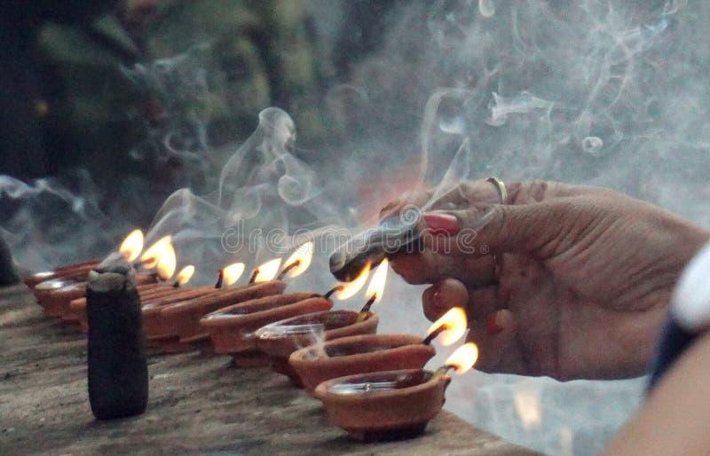 Insence i palenia światło i femenine ręka obraz stock