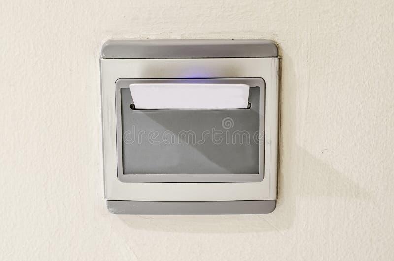 Inserção do cartão chave do hotel ao controle do interruptor de alimentação do bonde imagem de stock royalty free