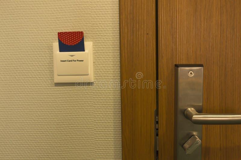 Inserção do cartão chave do hotel ao controle do interruptor de alimentação do bonde em fotografia de stock royalty free