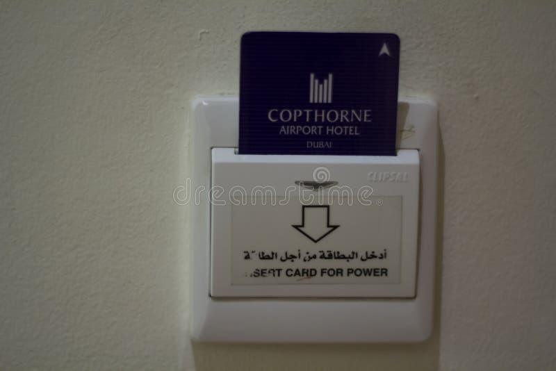 Inserção do cartão chave do hotel ao interruptor de alimentação foto de stock