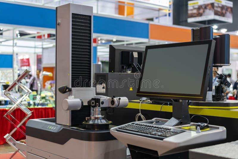 Inserisca gli utensili per il taglio o di punta per il centro di lavorazione di CNC o la macchina del tornio durante l'aspetto ec fotografie stock