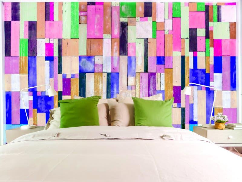 Inserisca i pezzi di legno multicolori lacerati blu della stanza verticali fotografie stock libere da diritti