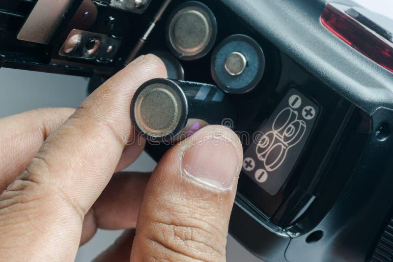 Inserta las baterías fotos de archivo