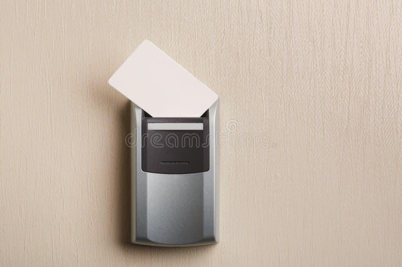 Inserte la llave electrónica en cerradura electrónica en hotel fotografía de archivo libre de regalías