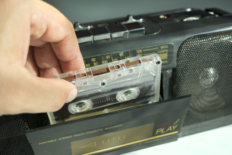 Inserte un casete audio en una grabadora fotos de archivo