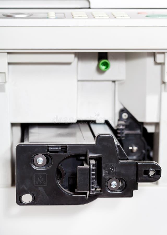 Insertion de cartouche de toner dans le copieur de bureau photo stock