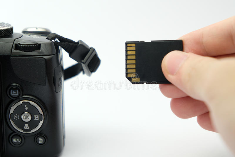 Insertion de la carte d'écart-type dans un appareil-photo de DSLR photos libres de droits