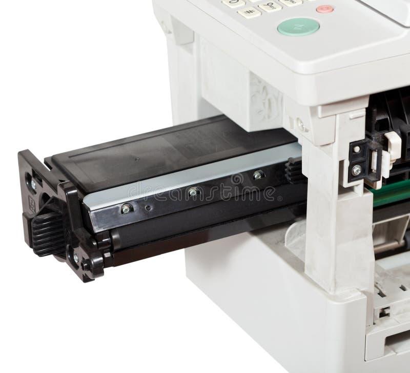 Insertion de la cartouche dans le dispositif multifonctionnel image libre de droits