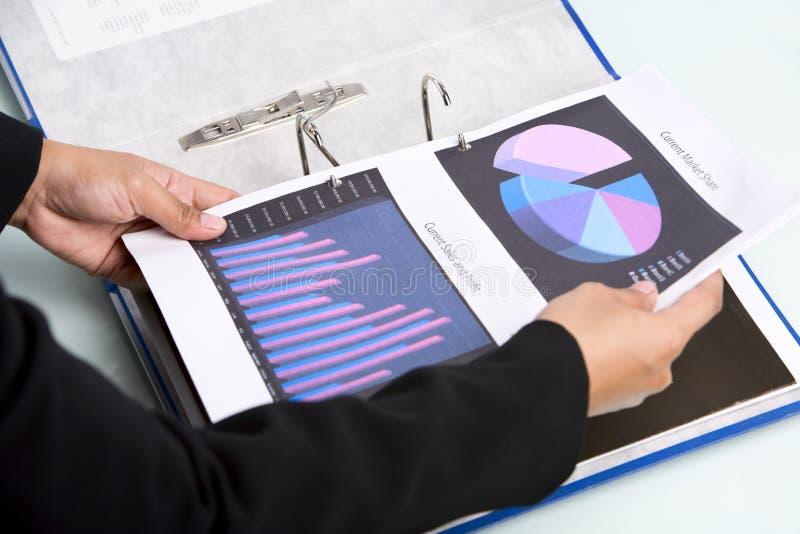 Insertion des documents dans le cahier photo libre de droits