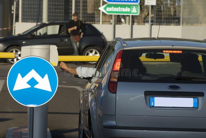 Insertion du billet pour l'aire de stationnement photographie stock libre de droits