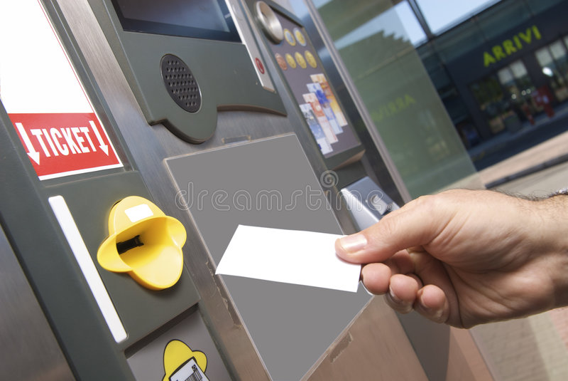 Insertion du billet pour l'aire de stationnement d'aéroport photo libre de droits
