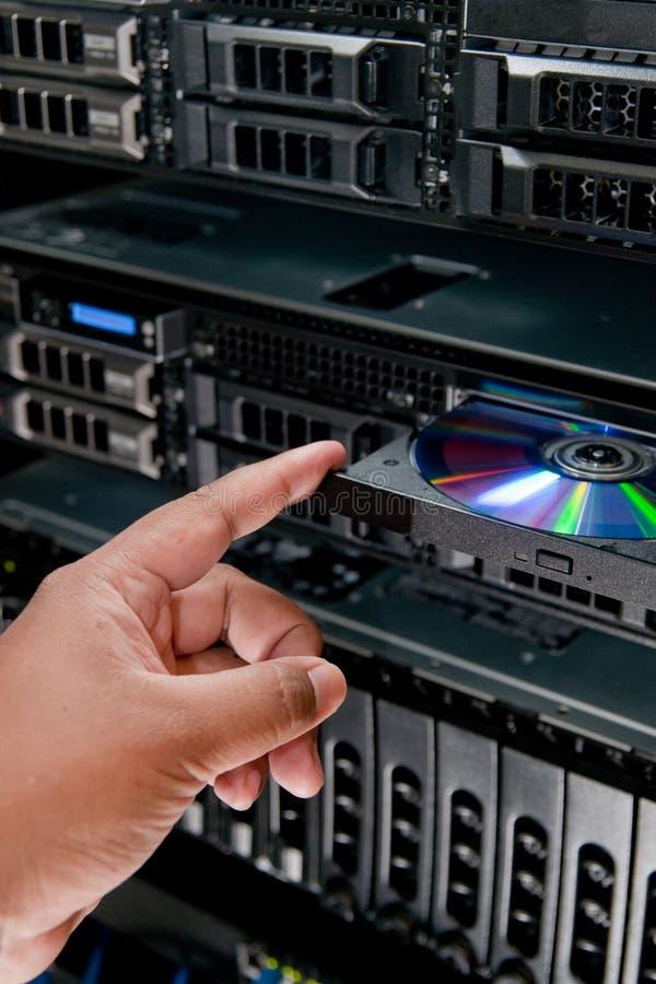 Insertion du disque compact-ROM dans le serveur images libres de droits