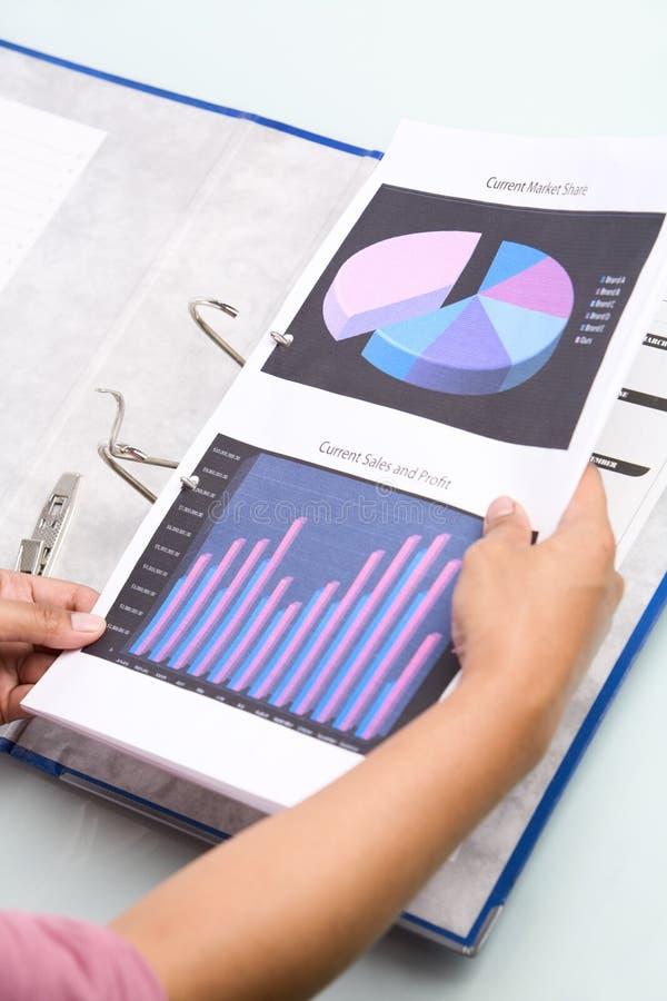 Insertion du document dans le cahier image stock