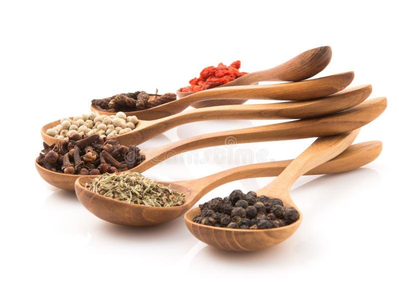Inserzione che piccante dell'erba un cucchiaio di legno ha sistemato preparare l'alimento su w immagini stock libere da diritti