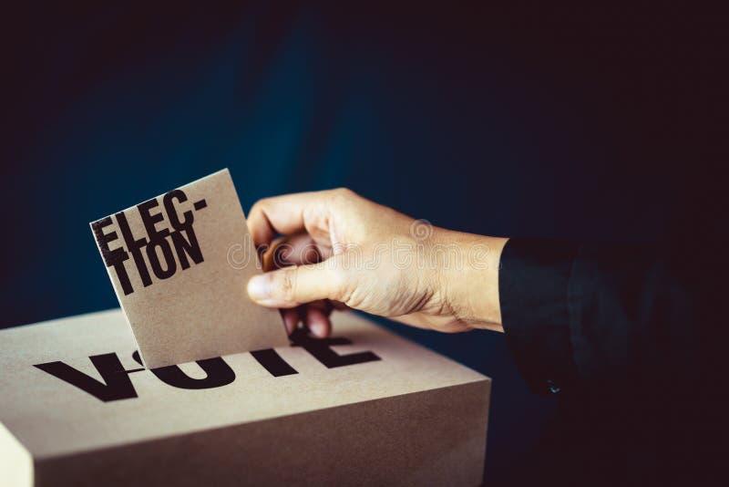 Inserzione della carta di elezione in scatola di voto, concetto di democrazia immagini stock libere da diritti