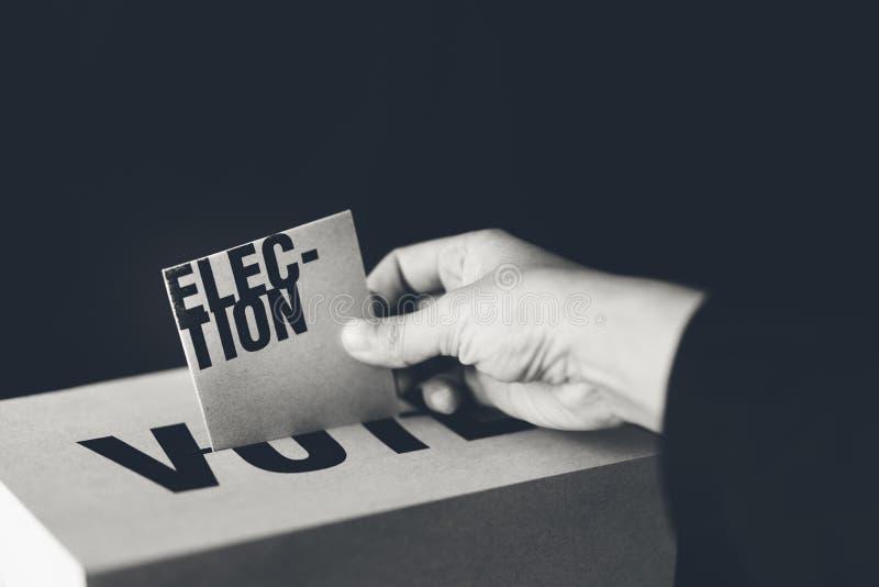Inserzione della carta di elezione in scatola di voto, concetto di democrazia fotografie stock