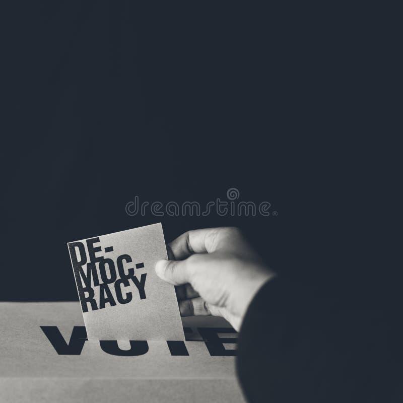 Inserzione della carta di elezione in scatola di voto, concetto di democrazia fotografia stock libera da diritti
