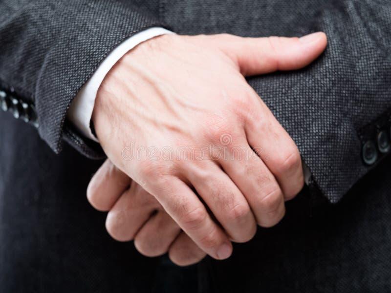 Insicurezza della difesa di protezione di gesto di mani dell'uomo fotografie stock