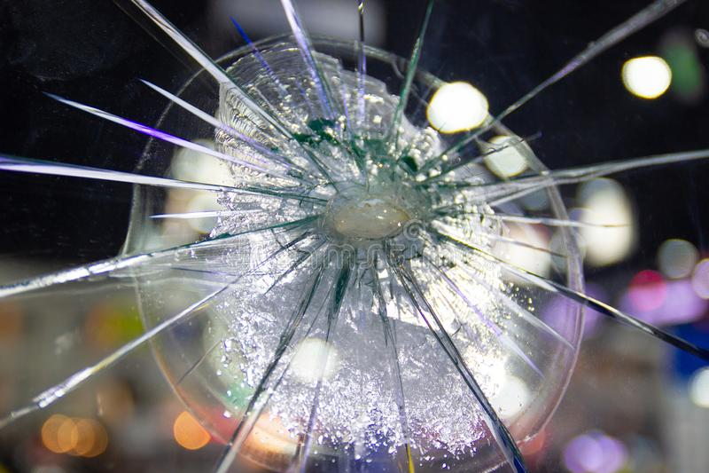 Insicurezza ed il pericolo delle crepe di vetro rotte automobilistiche fotografia stock libera da diritti