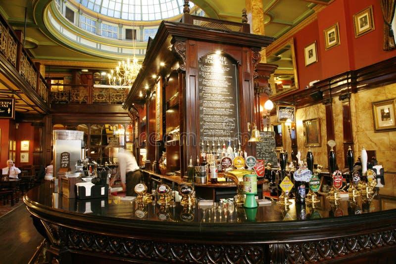 Insida beskådar av en engelsk pub arkivbild