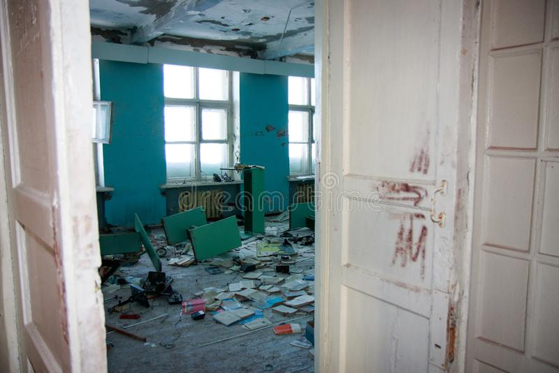 Insidan för inre för byggnad för gammal skola, övergav det Sovjetunionen huset Retro äldre stads- för tappninggrunge förbi tidsti royaltyfri fotografi