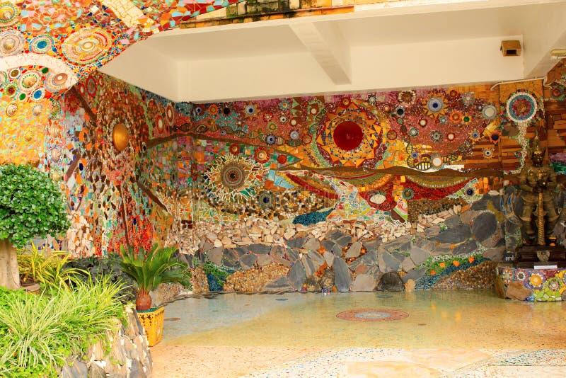 Inside ściany główne wejście dekorujący z mozaika projektami, przy Pha Sorn Kaew w Khao Kora, Phetchabun, Tajlandia fotografia royalty free