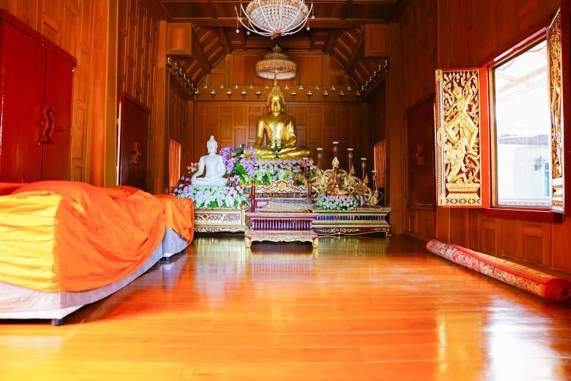 Inside drewniana Buddyjska świątynia obrazy stock