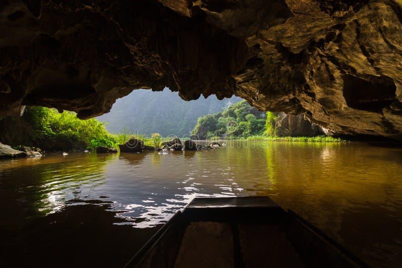 Inside Tama Coc, zalewająca jama przy Trang UNESCO świat Heri zdjęcie royalty free