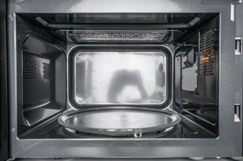 Inside widok czysta, pusta mikrofala, obraz royalty free