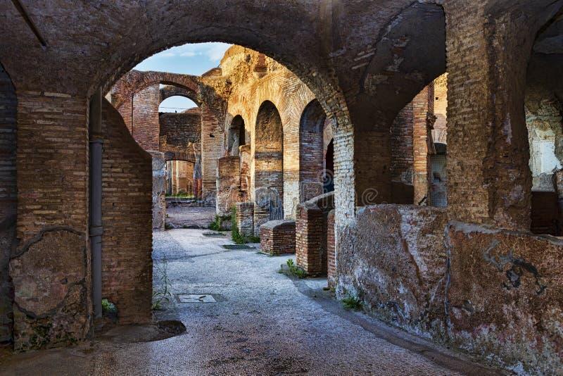 Inside widok siedem mędrzec tenement zdrój w antycznych Romańskich ruinach Antyczny Ostia zdjęcia stock