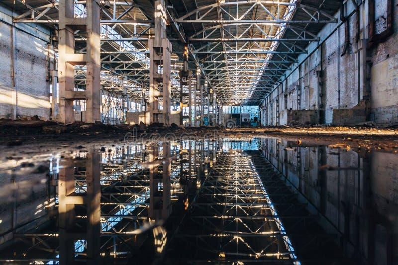 Inside zalewający brudny zaniechany rujnujący przemysłowy budynek z wodnym odbiciem obrazy stock