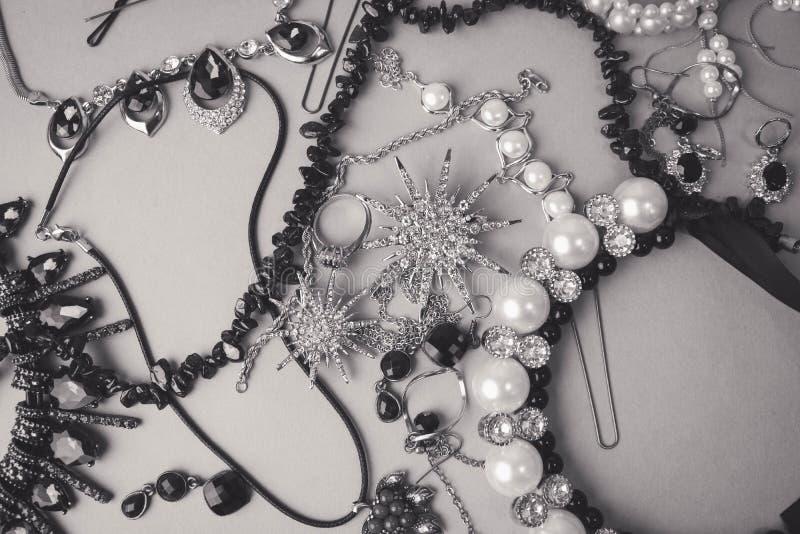Insieme affascinante d'avanguardia dei gioielli dei bei gioielli brillanti preziosi fotografie stock