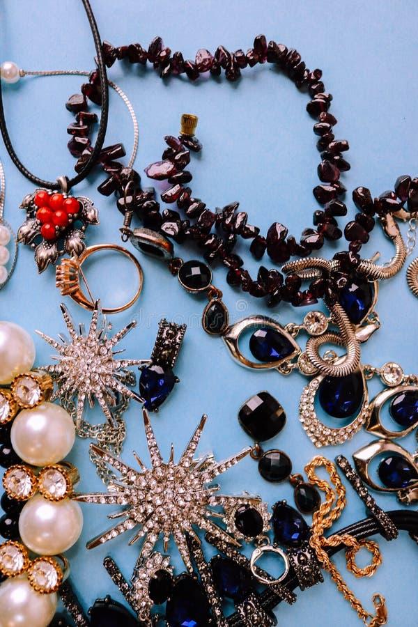 Insieme affascinante d'avanguardia dei gioielli dei bei gioielli brillanti preziosi, collana, orecchini, anelli, catene, fibule c fotografia stock libera da diritti