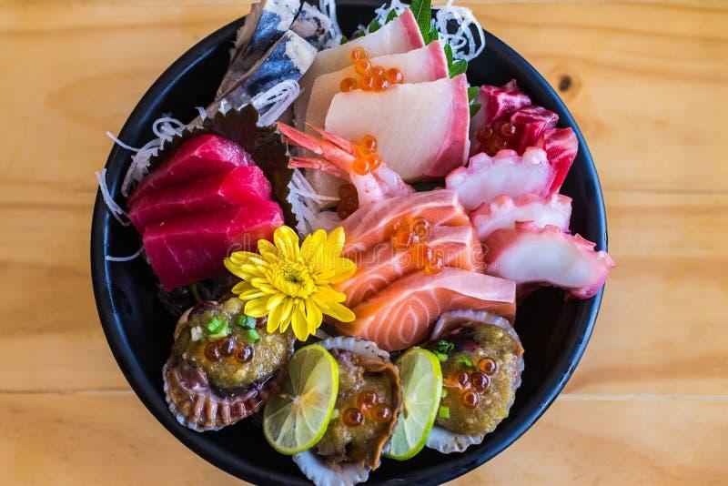 Insieme alimento, della ciotola giapponesi del sashimi o sashimi affettato misto di color salmone crudo del pesce fotografia stock libera da diritti