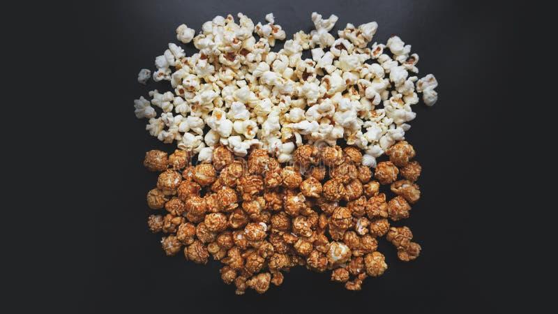 Insieme assortito del popcorn Popcorn dolce e salato su fondo nero fotografie stock