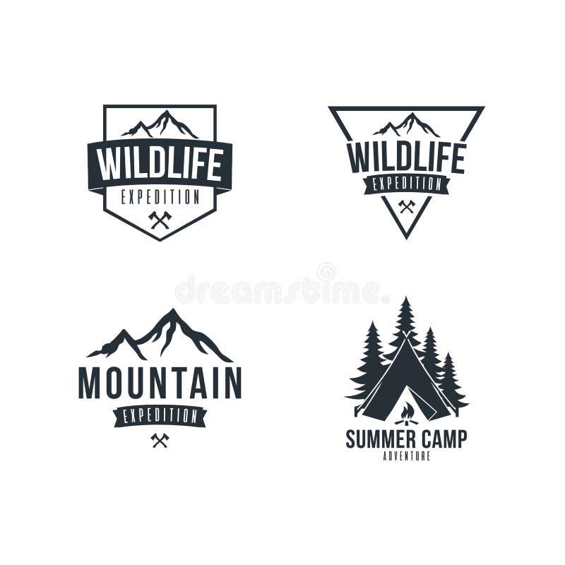 Insieme in bianco e nero di progettazione di Adventure Badge Vector dell'esploratore della montagna royalty illustrazione gratis