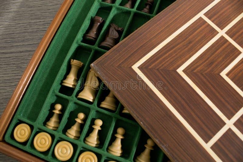 Insieme completo di legno di un gioco di strategia con i pegni e gli scacchi fotografie stock