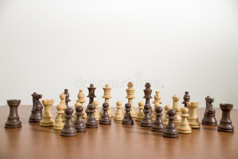 Insieme completo e dettagliato di scacchi su una tavola di legno fotografia stock libera da diritti