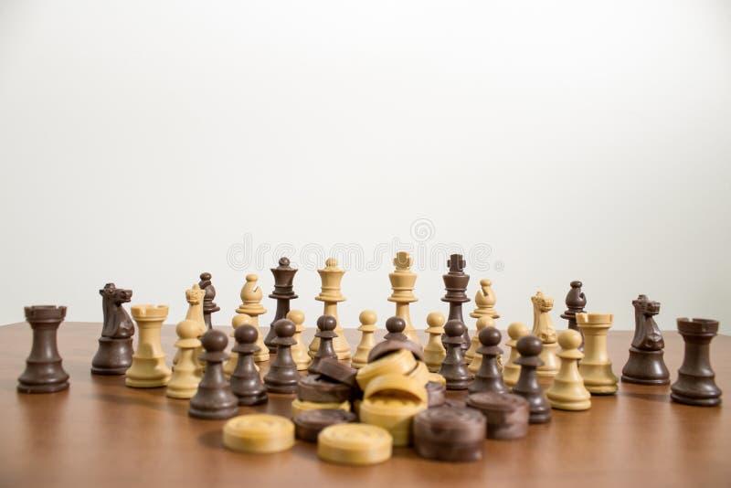 Insieme completo e dettagliato di scacchi su una tavola di legno immagini stock