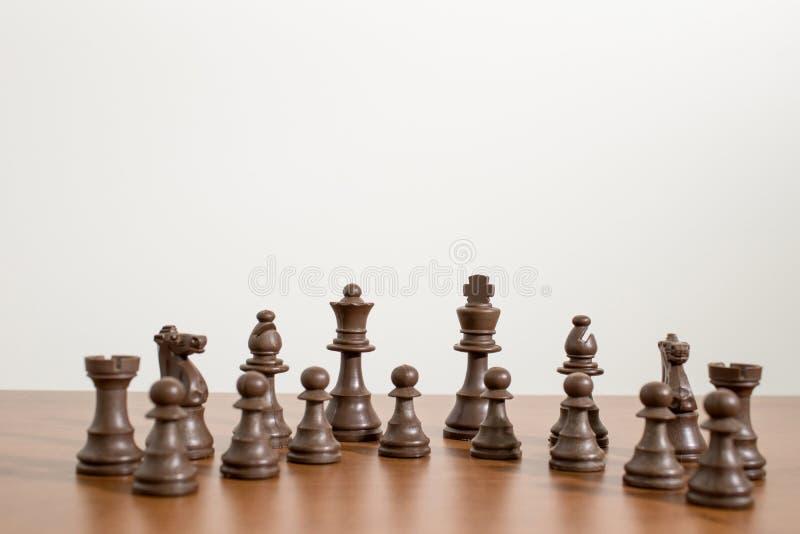 Insieme completo e dettagliato di scacchi su una tavola di legno fotografie stock
