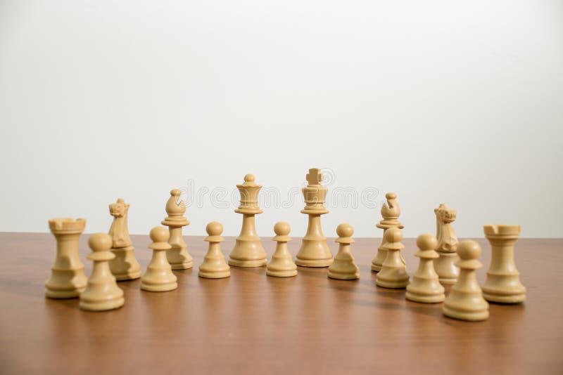 Insieme completo e dettagliato di scacchi su una tavola di legno immagini stock libere da diritti