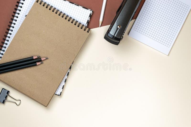 Insieme corporativo della cancelleria dello spazio in bianco su fondo marrone Alto falso marcante a caldo Disposizione piana immagine stock