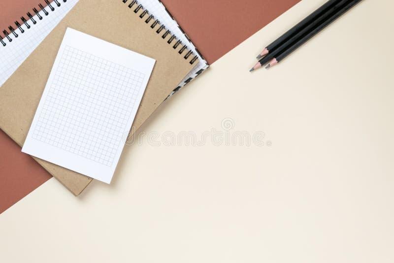 Insieme corporativo della cancelleria dello spazio in bianco su fondo marrone Alto falso marcante a caldo Disposizione piana fotografie stock